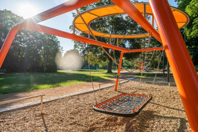 Spielplatz im barrierefreien Gruppenhaus Luisenpark für behinderte Menschen