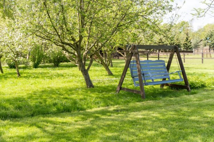Der Garten am Gruppenhaus Lehmhaus Wisch in Deutschland.
