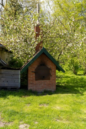 Ein Ofen im Garten des Lehmhauses Wisch in Deutschland.