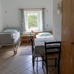 Ein Zimmer mit zwei Einzelbetten im Lehmhaus Wisch in Deutschland.