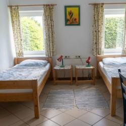 Ein Doppelzimmer im Freizeitheim Lehmhaus Wisch in Deutschland.