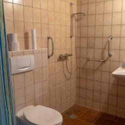 Die handicapgrechten Badezimmer im Lehmhaus Wisch in Deutschland.