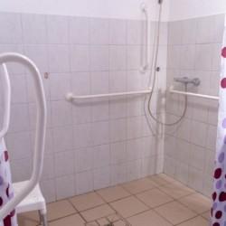 Die rolligerechten Duschen im Freizeitheim Lehmhaus Wisch in Deutschland.