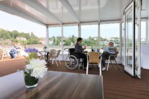 Außenbereich/ an Deck des deutschen Flusskreuzfahrtschiffs MS Viola für barrierefreie Gruppenreisen.