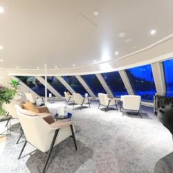 Große Lounge mit Panoramadeck auf dem deutschen Flusskreuzfahrtschiff MS Viola für barrierefreie Gruppenreisen.