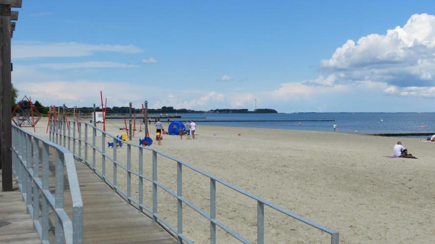 Der Sandtrand an der Ostsee am barrierefreien Gruppenhaus Hotel Rügenblick in Deutschland.