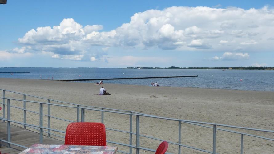 Der Sandtrand und die Ostsee am barrierefreien Freizeitheim Hotel Rügenblick für Gruppenreisen in Deutschland.