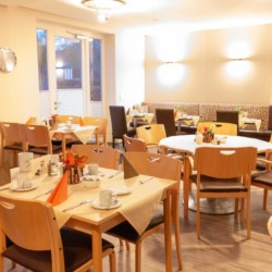 Speisesaal im deutschen Gruppenhaus Hotel Rügenblick für barrierefreie Gruppenreisen.