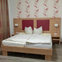 Ein Doppelzimmer im deutschen Gruppenhaus Hotel Rügenblick an der Ostsee.