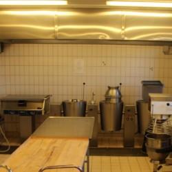 Der Küchenbereich im Gruppenhaus Helsinge in Dänemark.