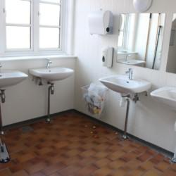 Die Sanitäranlagen im dänischen Gruppenhaus Helsinge.