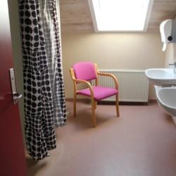 Ein Badezimmer im Gruppenhaus Helsinge in Dänemark.