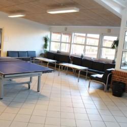 Ein Gruppenraum mit Tischtennisplatte im Gruppenhaus Helsinge in Dänemark.