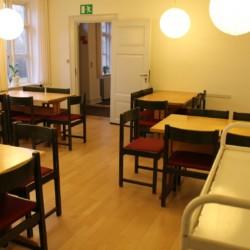 Ein großer Speisesaal des dänischen Freizeithauses Hulemosegård.