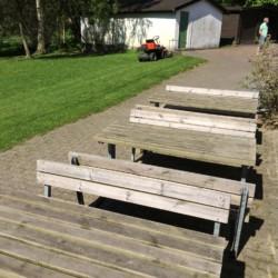Außenbereich mit Sitzbänken im dänischen Freizeitheim Hulemosegård.