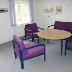 Sitzgruppen im Gemeinschaftsraum im dänischen Gruppenhaus Hulemosegård.