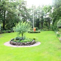 Eine der Wiesen am dänischen Gruppehaus Rolandhytten