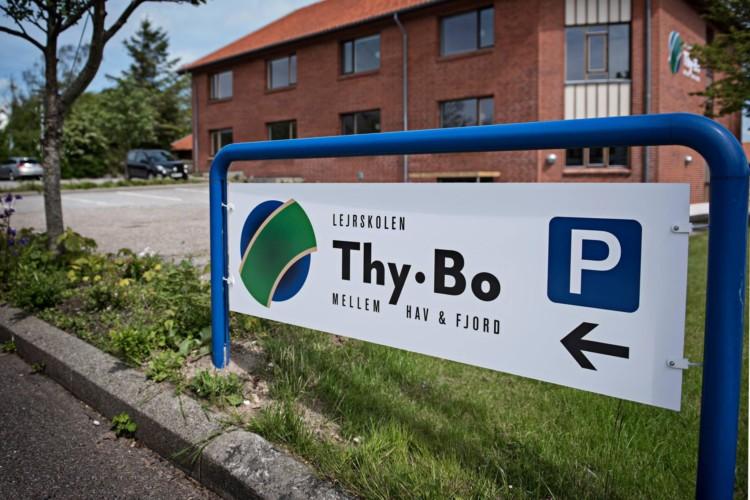 Gruppenhaus zugehörige Parklätze im dänischen Thy.