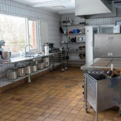 Das dänische Gruppenhaus Thy Bo mit Küchenraum.