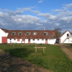 Außenansicht des dänischen Jugendlagers Trevaeldcentret direkt am See