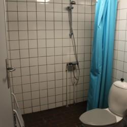 Sanitärbereich im dänischen Jugendlager Trevaeldcentret direkt am See