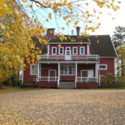 Das finnische Gruppenhaus Vanamola für Kinder und Jugendfreizeiten am See.