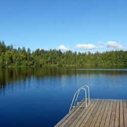 Der Badesee mit hauseigener Badestelle am Gruppenhaus Vanamola in Finnland.