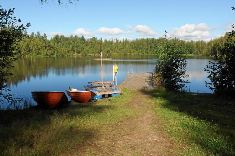 Hauseigene Badestelle mit zwei Booten am Gruppenhaus Vanamola in Finnland.