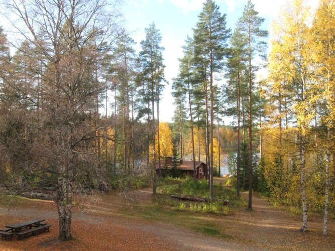 Wald und See am finnischen Freizeitheim Vanamola für Kinder und Jugendgruppen.