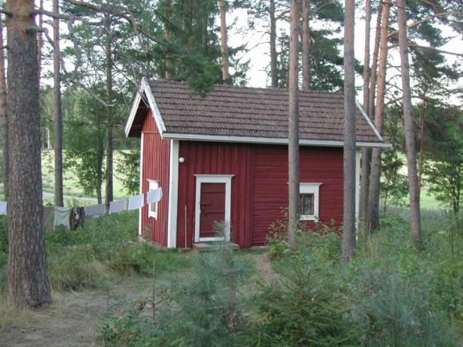 Waldhütte am Gruppenhaus Vanamola in Finnland am See.