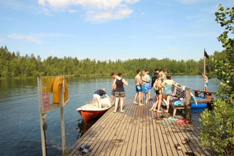 Badesee und hauseigene Badebrücke am Gruppenheim Vanamola in Finnland.