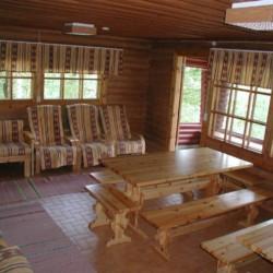 Gruppenraum mit Holzmöbeln im Gruppenheim Vanamola in Finnland für Kinder und Jugendreisen.
