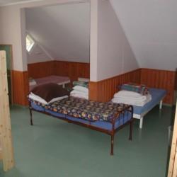 Ein Schlafzimmer mit Etagenbetten und Einzelbetten im finnischen Freizeithaus Vanamola.