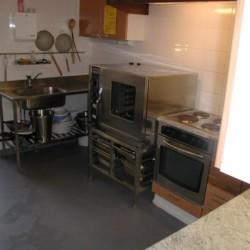 Die Küche im finnischen Freizeithaus Vanamola am See.