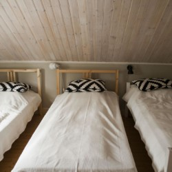 SEID_4S_1 Dreibettzimmer im Freizeithaus Idrottsgården i Flen in Schweden.