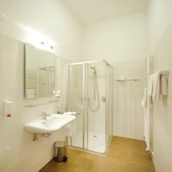 Badezimmer im italienischen Hotel Masatsch für behinderte Menschen