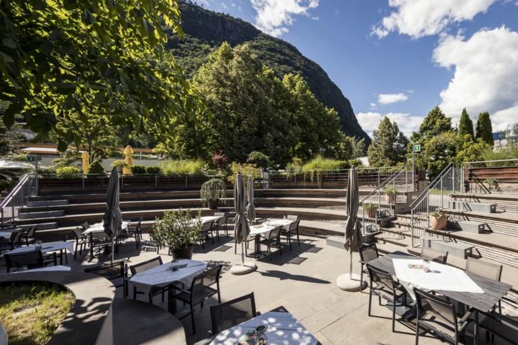 Außenbereich mit Blick auf die Berge im italienischen Freizeithaus Hotel Masatsch für Gruppenreisen.