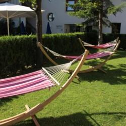 Outdoor-Chillout-Lounge mit Liegestühlen und Hängematten im italienischen Gruppenhaus Hotel Masatsch.