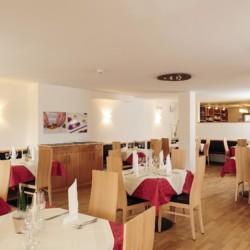 Barrierefreier Speisesaal im Gruppenheim Hotel Masatsch in Italien.