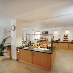 Barrierefreier Speisesaal mit Buffet im Gruppenhaus Hotel Masatsch in Italien.