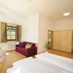 Ein Doppelzimmer im italienischen Gruppenhaus Hotel Masatsch.