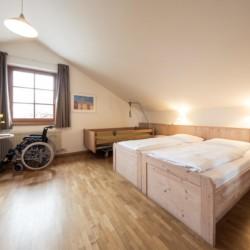 Schlafzimmer mit Pflegebett im Freizeithaus Hotel Masatsch in Italien.