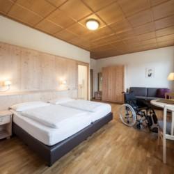 Barrierefreies Schlafzimmer im Gruppenhaus Hotel Masatsch in Südtirol, Italien.