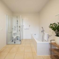 Barrierefreie sanitäre Anlagen mit Dusche und Badewanne im italienischen Freizeithaus Hotel Masatsch für Kinder und Jugendreisen.
