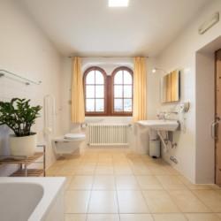 Barrierefreie sanitäre Anlagen mit WC und Waschbecken im italienischen Freizeithaus Hotel Masatsch für Kinder und Jugendreisen.