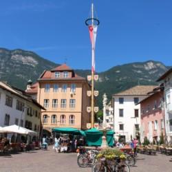 Marktplatz und Berge am italienischen Gruppenheim Hotel Masatsch für barrierefreie Gruppenreisen.