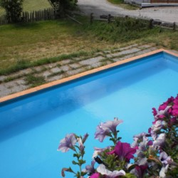 Hauseigener Pool am italienischen Gruppenhaus Plonerhof für Kinder und Jugendfreizeiten.