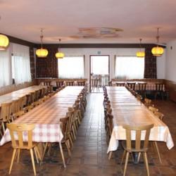 Großer Speisesaal im italienischen Gruppenheim Plonerhof in Südtirol.