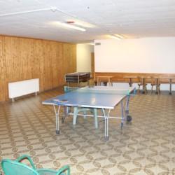 Gruppenraum mit Tischtennis im italienischen Freizeitheim Plonerhof.