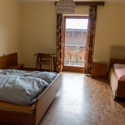 Ein Mehrbettzimmer im italienischen Freizeithaus Plonerhof für Kinder und Jugendgruppen.